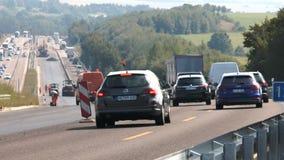 Cantiere e zona limite di velocità sulla strada principale tedesca video d archivio
