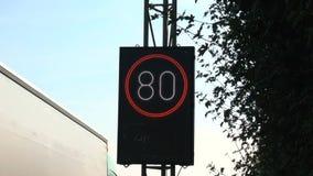 Cantiere e zona limite di velocità sulla strada principale tedesca archivi video