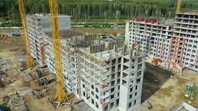 Cantiere ed antenna occupati dell'attrezzatura per l'edilizia Costruzione industriale reale del grattacielo del cantiere video d archivio