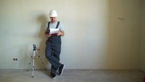 Cantiere Engineerer che lavora con il modello stock footage