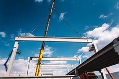Cantiere industriale con l'alta gru resistente facendo uso di PR immagini stock