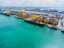 Cantiere navale; spedizione; cielo; stoccaggio; struttura; nave; mare; macchina; immagini stock libere da diritti