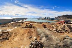 Cantiere in porto, macchinario di costruzione, bulldozer, scavo, fabbrica Immagini Stock