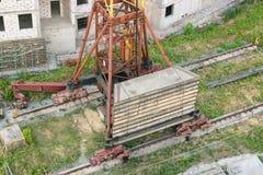 Cantiere residenziale parzialmente costruito dell'alloggio nelle fasi iniziali di costruzione Immagine Stock