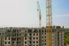 Cantiere residenziale parzialmente costruito dell'alloggio nelle fasi iniziali di costruzione Fotografia Stock