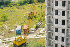 Cantiere residenziale parzialmente costruito dell'alloggio nelle fasi iniziali di costruzione Fotografia Stock Libera da Diritti