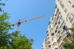 Cantiere residenziale parzialmente costruito dell'alloggio nelle fasi iniziali di costruzione Immagini Stock