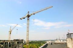 Cantiere residenziale parzialmente costruito dell'alloggio nelle fasi iniziali di costruzione Immagini Stock Libere da Diritti
