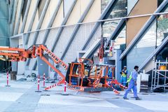 Cantiere, strumenti, gru e costruzione in costruzione fotografie stock libere da diritti