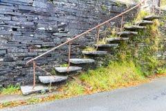 Cantilevered kroki, łupek w ścianie Zdjęcie Royalty Free