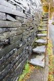 Cantilevered kroki, łupek w ścianie Zdjęcie Stock