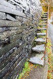 Cantileveredstappen, lei in muur Stock Foto