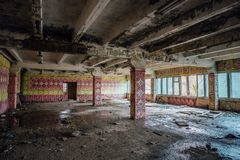 Cantina arruinada para trabalhadores na planta abandonada da máquina escavadora de Voronezh foto de stock