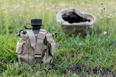 Cantina da água do exército com tampa do deserto Foto de Stock