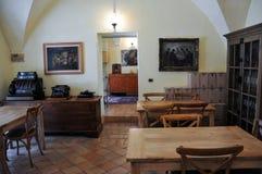 Cantina locale nella città medievale di Offida in Italia centrale immagine stock