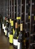 Cantina per vini con le bottiglie di vino Immagine Stock