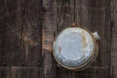 Cantina velha da água que pendura no tapume do celeiro Fotografia de Stock