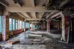 Cantine ruinée pour des travailleurs à l'usine abandonnée d'excavatrice de Voronezh Image stock