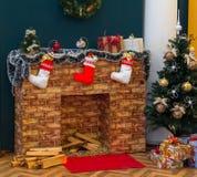 Canto acolhedor do Natal com chaminé, árvore de Natal e presentes fotos de stock royalty free