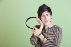 Canto adolescente con música en los auriculares Imagen de archivo libre de regalías