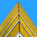 Canto afiado de um edifício de encontro a um azul brilhante s Fotografia de Stock Royalty Free