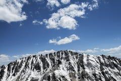 Canto agudo nevado de la montaña Foto de archivo libre de regalías