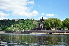 Canto alemão do monumento histórico de Alemanha da cidade de Koblenz onde os rios rhine e o mosele fluem junto em um dia ensolara Fotografia de Stock Royalty Free