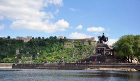 Canto alemão do monumento histórico de Alemanha da cidade de Koblenz onde os rios rhine e o mosele fluem junto em um dia ensolara Imagem de Stock