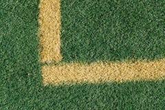 Canto amarelo no campo de futebol com grama artificial Foto de Stock