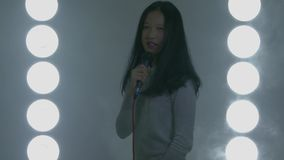 Canto asiático adolescente de la muchacha de la escuela secundaria metrajes