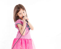 Canto asiatico della ragazza con il microfono Immagine Stock Libera da Diritti