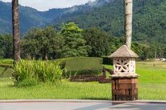 Canto bonito do jardim verde no clube do glof com céu e m Fotografia de Stock Royalty Free
