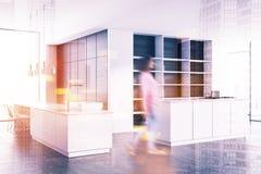 Canto branco da cozinha, armário de madeira escuro tonificado Imagem de Stock