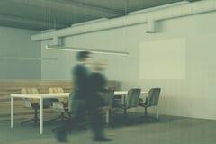 Canto branco da sala de reunião, cadeiras de madeira tonificadas Imagem de Stock Royalty Free