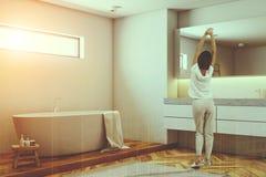 Canto branco e de madeira do banheiro, mulher Imagem de Stock Royalty Free
