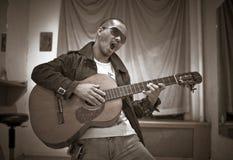 Canto con la guitarra Imagenes de archivo
