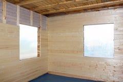 Canto da casa da madeira encaixotado pela placa do negócio fotos de stock