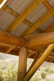Canto da construção de log e construção do telhado Fotografia de Stock Royalty Free