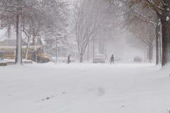 Canto da parada de ônibus escolar da tempestade do inverno Imagens de Stock Royalty Free