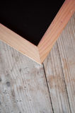 Canto da placa de giz com quadro de madeira imagens de stock