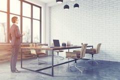Canto de escritório branco do espaço aberto do tijolo tonificado Imagem de Stock