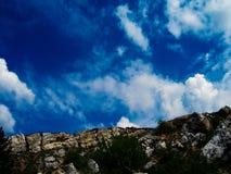 Canto de la montaña con un cielo escénico fotografía de archivo