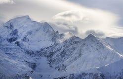 Canto de la montaña cubierto por las nubes imagenes de archivo