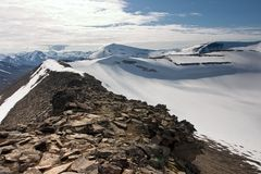 Canto de la montaña en el archipiélago de Svalbard Fotografía de archivo