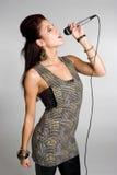 Canto de la mujer del micrófono Imágenes de archivo libres de regalías