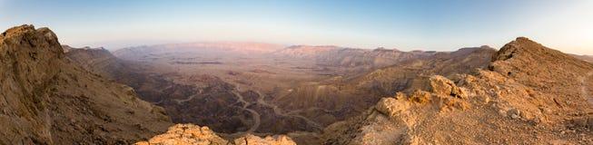 Canto de las montañas del cráter del desierto de la visión panorámica, Negev Israel imagen de archivo
