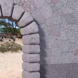Canto de pedra da porta com parede do granito imagens de stock