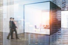 Canto de um escritório do CEO, parede de vidro, pessoa Fotos de Stock Royalty Free