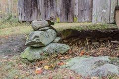 Canto de uma casa apalaches rústica em um cais de pedra empilhado da fundação fotografia de stock royalty free
