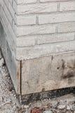 Canto de uma parede de tijolo com parte do porão sob a construção fotos de stock
